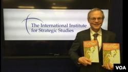 마크 피츠패트릭 IISS 미국사무소장이 저서를 들고 있는 모습 (피츠패트릭 소장 제공)