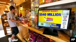 La mayor cantidad repartida en EE.UU. corresponde al Powerball del pasado 13 de enero, que otorgó 1,600 millones de dólares.