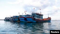 ພວກເຮືອຫາປາ ຈອດຢູ່ໃກ້ໆ ເກາະ Ly Son island, ໃນແຂວງ Quang Ngai ຢູ່ທາງພາກກາງ ຂອງຫວຽດນາມ.