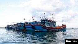 Một đội tàu cá Việt Nam ở gần đảo Lý Sơn, Quảng Ngãi