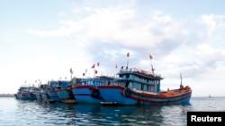 越南中部广义省李山岛边的渔船。(资料照)