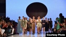 Oscar Lawalata dan koleksi karyanya yang baru ditampilkan di Los Angeles Fashion Week hari Minggu malam (2/10).