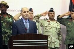 Le chef du CNT, Mustafa Abdul Jalil (en civil)