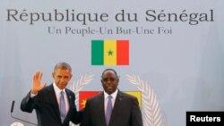 2013年6月27日在塞内加尔首都达喀尔,奥巴马总统(左)和塞内加尔总统麦基•萨勒(右)举行联合记者会。
