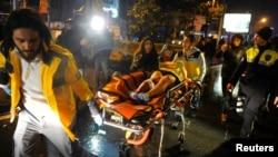 Seorang wanita yang terluka dibawa ke ambulan dari sebuah klab malam dimana serangan bersenjata terjadi selama pesta Tahun Baru (1/1). Istanabul, Turki. (foto: Murat Ergin/Ihlas News Agency via REUTERS)