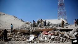 Polisi mengamati lokasi serangan udara di markas polisi di Sana'a, Yaman (18/1).