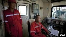 Para pekerja perusahaan minyak Tiongkok tengah bekerja di fasilitas pengeboran minyak Paloich, di Sudan selatan (foto: dok).