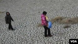 Akibat kemarau panjang, lebih dari sejuta warga Tiongkok harus menghadapi kekurangan air.