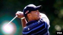 Por primera vez en cinco años la leyenda del golf perdió su sitial a manos del inglés Lee Westwood.