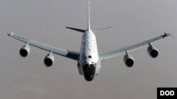 美军一架RC-135侦察机受到中国战机近距离拦截 (美国国防部照片)