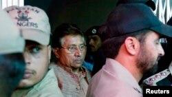 Mantan presiden Pakistan dan Pervez Musharraf (tengah) dikawal petugas keamanan saat meninggalkan pengadilan anti-terrorisme di Islamabad. (Foto: Dok)