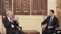 ໃນຮູບ ທີ່ນຳອອກເຜີຍແຜ່ໂດຍອົງການຂ່າວ SANA ຂອງທາງການຊີເຣຍ ປະທານາທິບໍດີ Bashar Assad (ຂວາ) ພວມພົບປະກັບທູດພິເສດນາໆຊາດ ທ່ານ Lakhdar Brahimi ທີ່ນະຄອນຫຼວງດາມັສກັສ (15 ກັນຍາ 2012)