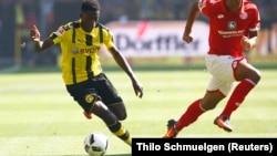 Ousmane Dembélé de Dortmund, contrôle le ballon, 27 septembre 2016.
