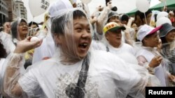 Protesters throw eggs at a portrait of Taiwan's President Ma Ying-jeou during a demonstration in Taipei, May 20, 2012.