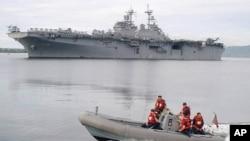 美国航母埃塞克斯号(后)抵达在菲律宾北部苏比克湾的前美军基地(2003年资料照)