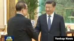 시진핑 중국 국가주석(오른쪽)이 1일 리수용 북한 노동당 중앙위원회 부위원장과 만난 소식을 중국 관영 CCTV가 보도한 화면이다.
