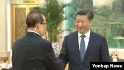 시진핑 중국 국가주석이 1일 리수용 북한 노동당 중앙위원회 부위원장과 만난 소식을 중국 관영 CCTV가 보도한 화면이다. (자료사진)