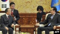 Tổng Thống Lee Myung Bak (phải) tiếp kiến Ủy viên Quốc vụ viện Trung Quốc Ðới Bỉnh Quốc,