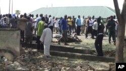 Warga berkumpul di lokasi terjadinya bom bunuh diri di Jalingo, Nigeria, wilayah yang rusuh karena pertikaian etnis dan agama (Foto: dok). Baru-baru ini, sebuah ledakan dekat stasiun televisi pemerintah di negara bagian Taraba, Nigeria Timur, menewaskan seorang perempuan dan melukai lima anak, Jum'at (5/10).
