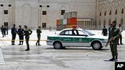 Polisi mengamankan lokasi makam Imam Ruhollah Khomeini pasca serangan teror di Teheran hari Rabu (7/6).