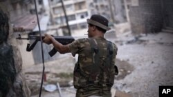 11일 시리아 알레포에서 교전 중인 반군.