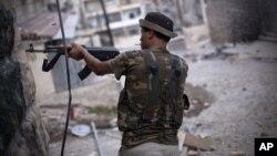 Binh sĩ của Quân đội Giải phóng Syria chiến đấu tại thành phố Aleppo, ngày 11/9/2012