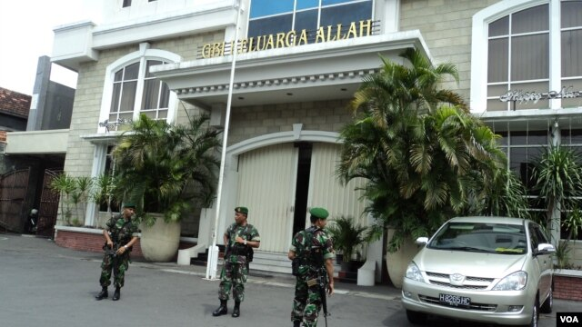 Tentara menjaga Gereja Bethel Indonesia (GBI) Keluarga Allah di Solo, Jawa Tengah. (VOA/Yudha Satriawan)