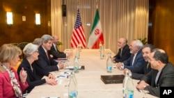 4일 존 케리 미국 국무장관(왼쪽 세번째)을 비롯한 미국 대표단이 무함마드 자바드 자리프 외무장관(오른쪽 세번째) 을 비롯한 이란 대표단과 핵 협상을 진행하고 있다.