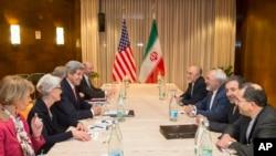 លោករដ្ឋមន្រ្តីការបរទេសសហរដ្ឋអាមេរិក John Kerry ទី៣រាប់ពីឆ្វេង ជួបជាមួយនឹងលោករដ្ឋមន្រ្តីការបរទេសប្រទេសអ៊ីរ៉ង់ Mohammad Javid Zarif ទី៣រាប់ពីស្តាំ សម្រាប់កិច្ចចរចាថ្មីអំពីបញ្ហានុយក្លេអ៊ែរ នៅថ្ងៃពុធ ទី៤ ខែមិនា ឆ្នាំ២០១៥ នៅក្នុងទីក្រុង Montreux ប្រទេសស៊្វីស។