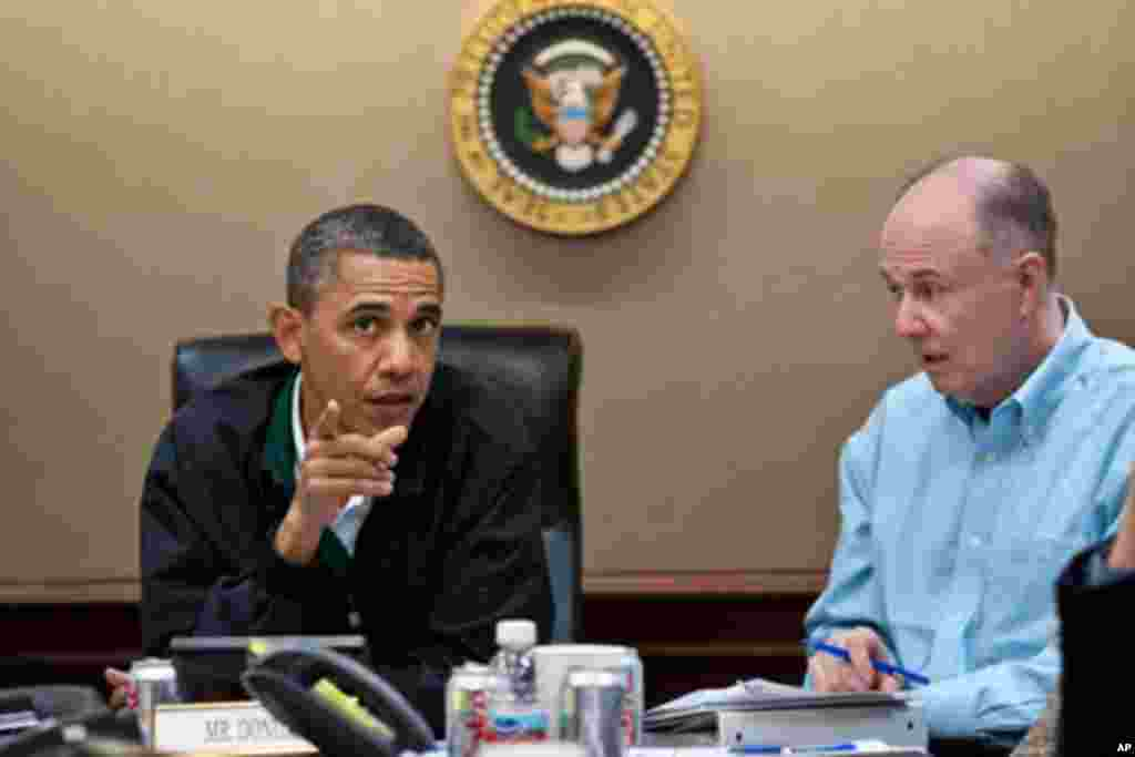 5月1日在白宫局势研究室奥巴马总统(左)和国家安全顾问多尼隆讨论美军突袭本拉登的行动