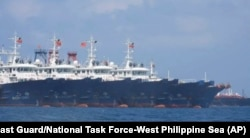 菲律宾海岸警卫队和西菲律宾海国家工作小组3月7日提供的照片显示,中国船只中在南中国海牛轭礁附近停泊。