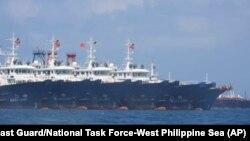 Ảnh do Lực lượng tuần duyên Philippines cung cấp. chụp ngày 7/3/2021. Chính phủ Philippines phản đối sau khi phát hiện 200 tàu cá Trung quốc do dân quân điều khiển tại Đá Ba Đầu nơi cả hai nước và cả VN tuyên bố chủ quyền. (AP)
