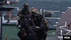 한국과 러시아 해경 특공대가 공동 테러진압 작전을 펼치고 있다.
