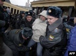 Rossiya politsiyasi saylov kuni muxolifat vakilini hisbga oldi