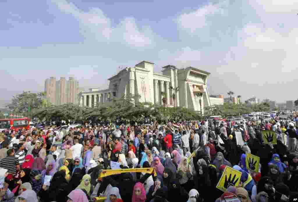 Những người ủng hộ Tổng thống Ai Cập bị lật đổ Mohammed Morsi biểu tình phản đối trước tòa án ở Cairo, ngày 4/11/2013.