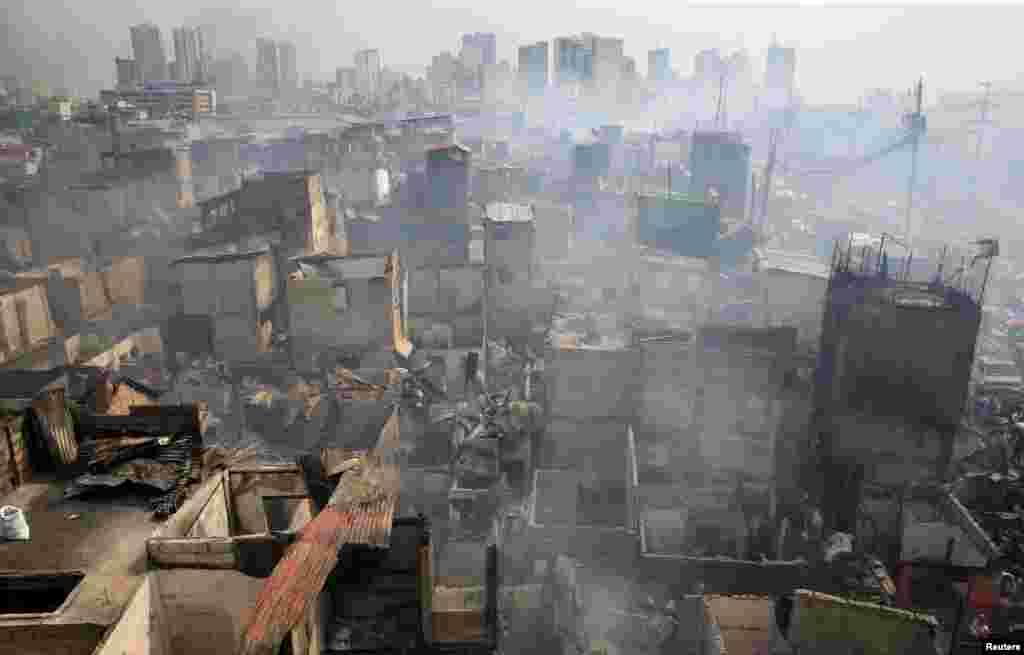 اثرات آتش در شهرک توندو در فیلیپین. این آتش باعث سوختن بیش از صد کلبه شده است.