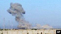 Asap hitam mengepul ke udara saat pasukan militer Irak melancarkan serangan ke Fallujah untuk merebut kembali kota dari militan ISIS di Irak, 30 Mei 2016 (Foto: video AP).