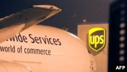 Một máy bay chở hàng đậu tại trung tâm phân phối UPS ở Cologne, Đức, thứ Hai 1/11/2010