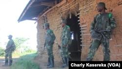 Des militaires des Forces armées de la RDC déployés dans la région de Beni où les rebelles ougandais des Forces démocratiques alliées (ADF) perpètrent régulièrement des attaques à l'arme blanche, tuant des civils, à Beni, Nord-Kivu, RDC, 6 juin 2016. VOA/Charly Kasereka
