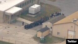 En una imagen aérea de la prisión se puede ver a uniformados reunidos en dos grupos cerca de una entrada a la prisión.