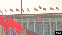北京人民大会堂红旗飘扬 (美国之音记者东方拍摄)