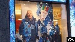 莫斯科市中心一家体育商店的橱窗。俄罗斯名电影导演米哈尔科夫支持索契奥运(美国之音白桦拍摄)