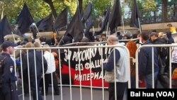 去年秋季莫斯科市中心的反戰示威中,俄羅斯反法西斯人士手舉標語:支持俄羅斯和烏克蘭,不要法西斯和帝國主義。 (美國之音白樺拍攝)