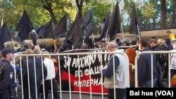 去年秋季莫斯科市中心的反战示威中,俄罗斯反法西斯人士手举标语:支持俄罗斯和乌克兰,不要法西斯和帝国主义。 (美国之音白桦拍摄)