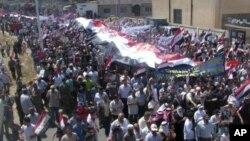 叙利亚政府的亲派和反派互相对垒。图为亲政府人士7月18日举行游行