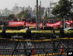 陈云林下塌饭店外 台湾警方架设拒马隔开欢迎与抗议人士