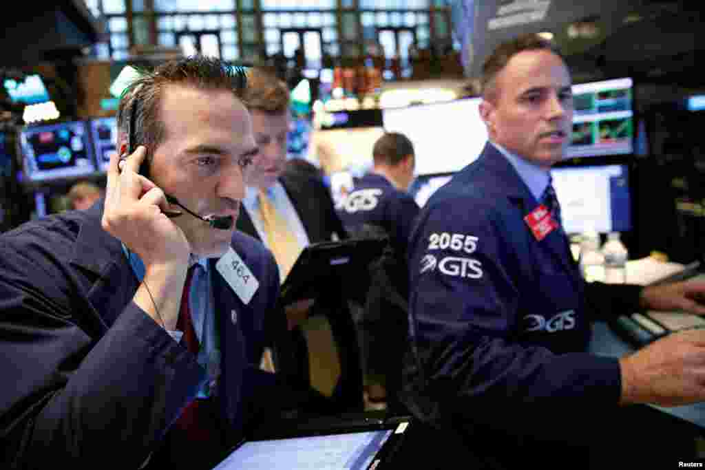 Traders work on the floor of the New York Stock Exchange (NYSE) in New York. Global stock markets crashed, oil prices fell, and value of British currency plunged to three-decade low after the unprecedented vote for the U.K. to leave the European Union.