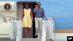 La primera dama Michelle Obama y el presidente Barack Obama a su arribo a la estación de Guarda Costas de Cape Cod, en Bourne, Massachusetts
