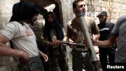 Borci Slobodne sirijske armije u Alepu sa granatama koje su, kako navode upotrebile Asadove snage , 2. juni, 2013.