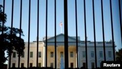 دور محل اقامت رئیس جمهوری آمریکا تنها حصاری میله ای قرار دارد.
